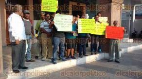 La Antigua, Ver., 29 de abril de 2016.- Extrabajadores del Ayuntamiento se encuentran apostados frente al Palacio Municipal para exigir al alcalde Felipe de Jes�s Fabi�n Medina el pago de laudos.