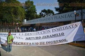Xalapa, Ver., 29 de abril de 2016.- Contin�a el paro de trabajadores de la Subsecretar�a de Ingresos de SEFIPLAN, en donde pasaron la noche, exigen respuesta para levantar el plant�n.