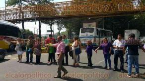 Xalapa, Ver., 29 de abril de 2016.- Docentes de Emiliano Zapata bloquearon todos los accesos a SEFIPLAN para quienes llegan del bulevar Banderilla-Xalapa, de L�zaro C�rdenas o de la avenida Xalapa; a las 11:55 horas reabrieron la circulaci�n.