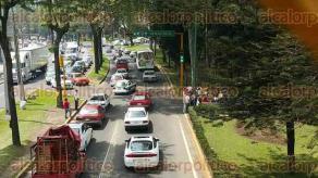Xalapa, Ver., 29 de abril de 2016.- Largas filas de autos sobre la avenida L�zaro C�rdenas, durante protesta de docentes de Emiliano Zapata, quienes exigen pago de prestaciones a SEFIPLAN.