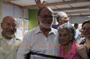 Xalapa, Ver., 29 de abril de 2016.- Dentro de las actividades de la FILU, entregan reconocimiento al doctor Carlos Manuel Contreras por su destacada labor en la investigaci�n y la divulgaci�n de la ciencia.