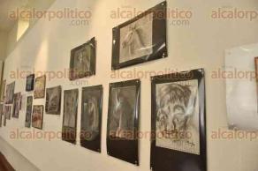 Xalapa, Ver., 29 de abril de 2016.- La pintora Ana Moreno muestra su obra en exposici�n �Surgimientos, un proceso de arte que despierta consciencias�, en la biblioteca �Carlos Fuentes�.