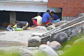 Veracruz, Ver., 29 de abril de 2016.- Ni�os y adultos disfrutan de las playas de la zona conurbada, aprovechando que desde este viernes, por motivo de las juntas de consejo escolar, se suspendieron clases y regresar�n a las aulas hasta el pr�ximo martes.
