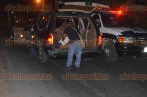 La Antigua, Ver., 30 de abril de 2016.- En lo que llegaban las autoridades correspondientes, los lugare�os procedieron a tapar con una s�bana el peque�o cuerpo adem�s de encenderle una veladora.