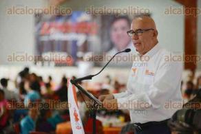 Xalapa, Ver., 30 de abril de 2016.- Se re�ne Armando M�ndez de la Luz con personas en situaci�n de vulnerabilidad, junto con el dirigente nacional de MC, Dante Delgado.