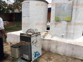 Xalapa, Ver., 30 de abril de 2016.- Larvat�n en la colonia Badillo, donde vecinos se deshacen de cacharros para evitar la proliferaci�n del mosco transmisor del dengue.
