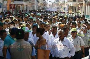 Veracruz, Ver., 1 de mayo de 2016.- Trabajadores de la empresa TAMSA participaron en el desfile por el D�a del Trabajo en esta ciudad.