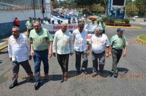 Xalapa, Ver., 1 de mayo de 2016.- Integrantes del FESAPAUV desfilaron encabezados por el dirigente, Enrique Levet Gorozpe; celebraron el D�a del trabajo y el 40 aniversario del Sindicato.