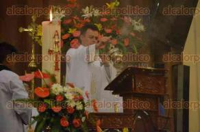 Xalapa, Ver., 1 de mayo de 2016.- El sacerdote Francisco Palmeros, qui�n es responsable del �rea de Filosof�a en el Seminario Mayor, ofici� la misa este domingo en Catedral Metropolitana de esta ciudad capital.
