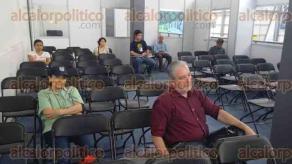 Xalapa, Ver., 1 de mayo de 2016.- Dentro de las actividades de este �ltimo d�as de la FILU, presentaron el libro �Miscel�nea del deseo (ensayos y confesiones)�, de Atto Attie, editado por Textofilia Ediciones.