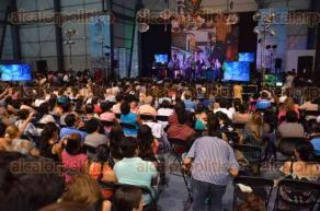 Xalapa, Ver., 1 de mayo de 2016.- La secretaria acad�mica, Leticia Rodr�guez Audirac, fue la encargada de clausurar la Feria Internacional del Libro Universitario 2016. En el foro �Sergio Galindo� se present� la Orquesta de Salsa de la UV, que hizo bailar a los asistentes.