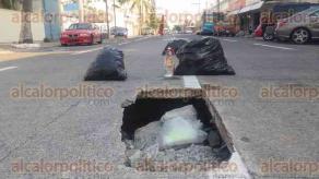 Veracruz, Ver., 2 de mayo de 2016.- Un veh�culo particular sufri� da�os cuantiosos al caer en un hundimiento, la ma�ana de este lunes, sobre la avenida Primero de Mayo e Ignacio de la Llave de la colonia Flores Mag�n.
