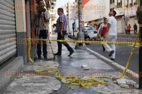 Veracruz, Ver., 2 de mayo de 2016.- Un pedazo del balc�n de edificio ubicado sobre la avenida Independencia, se desprendi� la madrugada de este lunes. Bomberos y personal de Protecci�n Civil municipal acordonaron la zona; no hubo lesionados.
