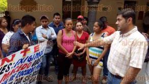 Papantla, Ver., 2 de mayo de 2016.- El grupo de inconformes fue atendido por el secretario del Ayuntamiento, Octavio Tremari Gaya, quien acord� una pr�xima reuni�n.