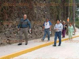 Xalapa, Ver., 2 de mayo de 2016.- Autoridades de Tr�nsito y vecinos de la colonia Benito Ju�rez recorrieron las calles Paraguay y Argentina, pues a unas horas de haber sido abiertas, despu�s de haberse pavimentado, ocurri� un accidente ya que la empresa no construy� reductores de velocidad.