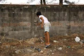 Veracruz, Ver., 3 de mayo de 2016.- Vecinos de R�o Medio se encuentran preocupados por la desaparici�n y asesinato de sus mascotas, ya que algunos han sido enterrados a un lado de la barda de una escuela. Los habitantes de este conjunto habitacional piden la intervenci�n de las autoridades correspondientes.