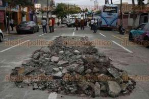 Veracruz, Ver., 4 de mayo de 2016.- La ma�ana de este mi�rcoles se registr� un accidente automovil�stico sobre la avenida 1� de Mayo, lugar donde el pasado lunes un auto cay� en un hundimiento, tras repararlo, personal del SAS dej� escombros sin se�al�tica.