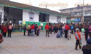 Las Vigas, Ver., 4 de mayo de 2016.- Por segundo d�a consecutivo, docentes tomaron las oficinas de la Supervisi�n Escolar y pararon labores en el jard�n