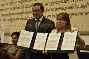 Xalapa, Ver., 4 de mayo de 2016.- Firma de acuerdo de suscripci�n entre el �rgano Acreditador de Competencias Laborales del Estado y el ayuntamiento capitalino; presentes el alcalde Am�rico Z��iga y la secretaria T�cnica del ORACVER Clara Celina Medina Sagah�n.