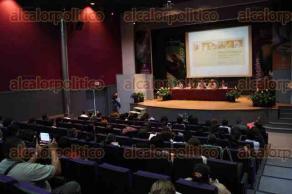 Xalapa, Ver., 4 de mayo de 2016.- La ma�ana de este mi�rcoles se present� el libro: �Murci�lagos, sombras voladoras nocturnas�, del catedr�tico Arturo Hern�ndez Huerta, en el auditorio del Instituto de Ecolog�a.