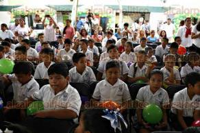 Veracruz, Ver., 4 de mayo de 2016.- Fernando Ben�tez Obeso, secretario de Salud y X�chitl Osorio, secretaria de Educaci�n, entregaron la certificaci�n