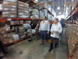 Xalapa, Ver., 4 de mayo de  2016.- El gobernador Javier Duarte, acompa�ado del secretario de Salud, Fernando Ben�tez Obeso, recorri� el almac�n de la SS, en la avenida Xalapa, donde hablaron del abastecimiento de medicamentos.