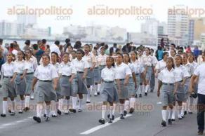 Veracruz, Ver., 5 de mayo de 2016.- Contingentes navales, militares, civiles y planteles educativos desfilaron sobre el bulevar �vila Camacho para celebrar el 154 Aniversario de la Batalla de Puebla.