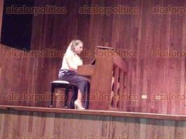 Xalapa, Ver., 5 de mayo de 2016.- El auditorio de la Galer�a de Arte Contempor�neo fue la sede del concierto de piano y guitarra, la noche de este mi�rcoles, que inici� con el debut de Ximena Palacios P�rez, como pianista, la peque�ita de 3 a�os de edad fue acompa�ada en su primera presentaci�n en p�blico por su profesora Luisa Gonz�lez Pardo.