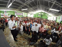 Paso del Macho, Ver. 5 de mayo de 2016.- Este jueves, el candidato a la gubernatura de Veracruz por la coalici�n �Para mejorar Veracruz�, H�ctor Yunes Landa, sostuvo un encuentro con productores de la regi�n pertenecientes a la Confederaci�n Nacional de Productores Rurales (CNPR).