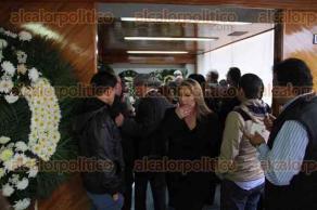 Xalapa, Ver., 5 de mayo 2016.- Diputados asisten a la funeraria Bosques del Recuerdo para acompa�ar a familiares de su colega fallecido, Fidel Robles.