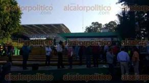 Xalapa, Ver., 6 de mayo de 2016.- Docentes se concentran en entrada a la SEV, se puede observar a decenas de profesores, que han permitido ingreso al personal de las oficinas centrales.