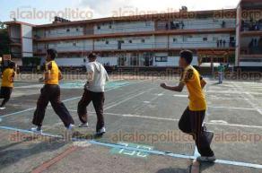 Xalapa, Ver., 6 de mayo de 2016.- En la Secundaria T�cnica 3, se observa a alumnos al interior del plantel efectuando actividades deportivas, propias de clases.