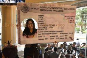 Xalapa, Ver., 6 de mayo de 2016.- Trabajadores del Organismo P�blico Local Electoral, invitan a candidatos a la diputaci�n local registrados por el principio de mayor�a relativa de los 30 distritos, a participar en los debates organizados por el OPLE.