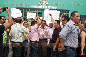 Veracruz, Ver., 6 de mayo de 2016.- Profesores sindicalizados de la secci�n 32 del SNTE, tomaron las instalaciones de la coordinaci�n regional de la SEV en este puerto, en protesta por la falta de pagos por parte del Gobierno Estatal.