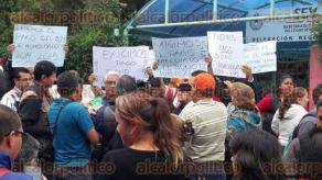 Orizaba, Ver., 6 de mayo de 2016.- Con pancartas, profesores adheridos a la secci�n 32 del SNTE, se apoderaron del acceso a las instalaciones de la Delegaci�n de la Secretar�a de Educaci�n de Veracruz en este municipio.