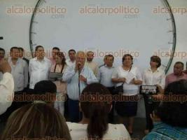 Xalapa, Ver., 6 de mayo de 2016.- A la reuni�n entre autoridades de la SEV y de la secci�n 32 del SNTE no permitieron la entrada a medios de comunicaci�n; el dirigente L�zaro Medina fue contundente al exigir el pago inmediato de los adeudos.