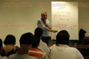 Boca del R�o, Ver., 6 de mayo de 2016.- El periodista Marco Lara Klahr imparti� el taller