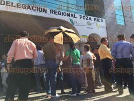 Poza Rica, Ver., 6 de mayo de 2016.- En reclamo de adeudos por diferentes conceptos, docentes de la zona norte tomaron las instalaciones de la delegaci�n regional de la SEV.