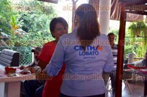 Xalapa, Ver., 24 de mayo de 2016.- Las candidatas, Alba Leonila M�ndez del PT por la gubernatura y Cinthya Lobato, de la coalici�n PAN-PRD por la diputaci�n de Xalapa Rural, se saludaron efusivamente al coincidir en un restaurante, donde platicaron muy sonrientes por algunos minutos.