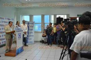 Xalapa, Ver., 24 de mayo de 2016.- El dirigente estatal de PAN, Jos� de Jes�s Mancha, acompa�ado de Cinthya Lobato, acus� al candidato a diputado de la coalici�n