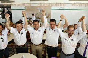 Boca del R�o, Ver., 24 de mayo de 2016.- El candidato del PES a gobernador, Alejandro V�squez Cuevas �Pipo�, junto con Hugo Erick Flores Cervantes y Gonzalo Gu�zar Valladares, dirigentes nacional y estatal del PES respectivamente, en conferencia de prensa.