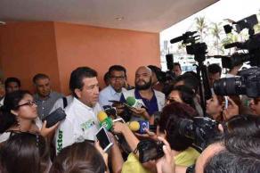 Xalapa, Ver., 24 de mayo de 2016.- H�ctor Yunes Landa se reuni� con el gremio de taxistas, trabajadores electricistas y posteriormente con importantes inversionistas del pa�s en la capital del Estado.