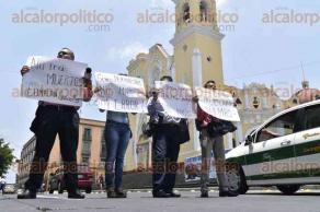 Xalapa, Ver., 25 de mayo de 2016.- 4 periodistas de Minatitl�n bloquean la calle Enr�quez para denunciar que gente de Gobierno del Estado los ha amenazado.