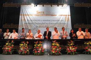 Xalapa, Ver., 25 de mayo de 2016.- Entregan reconocimientos a profesores que obtuvieron resultados destacados durante la evaluaci�n del Servicio Profesional Docente.