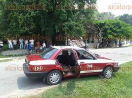 Atzalan, Ver., 25 de mayo de 2016.- Vuelca auto en comunidad de Novara, perteneciente a este municipio, tras embestir a taxi; el ruletero result� lesionado y fue trasladado a un hospital de Mart�nez de la Torre.