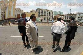 Xalapa, Ver., 25 de mayo de 2016.- Ante bloqueo en calle Enr�quez, Flavino R�os y Alberto Silva intentaron dialogar con reporteros de Minatitl�n, pero �stos no quisieron. Minutos m�s tarde subi� un reportero para hablar con ellos.