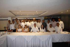 Xalapa, Ver., 25 de mayo de 2016.- El candidato a diputado local del PRI por la coalici�n �Para mejorar Veracruz�, Adolfo Toss, se reuni� con el gremio de transportistas, constructores y vecinos del Distrito XI.