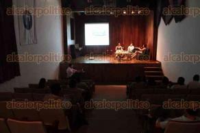 Xalapa, Ver., 25 de mayo de 2016.- Conversatorio por el 30 aniversario del MAX en la Galer�a de Arte Contempor�neo, en el que particip� la directora de la Instituci�n, Maura Ord��ez Valenzuela.