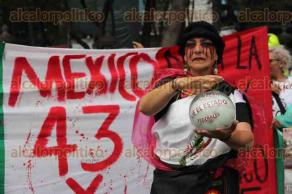 Ciudad de M�xico, 26 de mayo de 2016.- Los padres de los normalistas de Ayotzinapa exigen la renuncia de Tom�s Zer�n de la AIC de la PGR. Adem�s exigen continuar con las investigaciones para localizar a sus hijos. Docentes de la CNTE acompa�aron a los padres en su marcha del �ngel de la Independencia a la PGR.