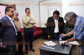 Xalapa, Ver., 26 de mayo de 2016.- Entregan denuncia ante el OPLE Lauro Hugo L�pez, Fredy Marcos y Eduardo Jaramillo; piden seguridad en las bodegas donde est�n resguardadas las boletas.